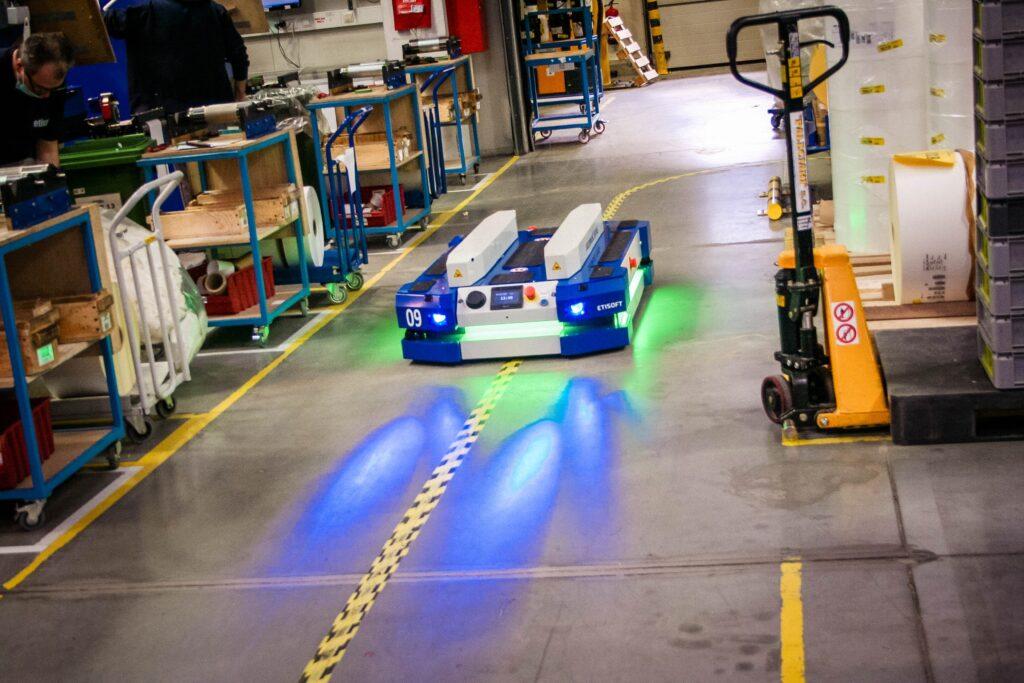 bezpieczeństwo roboty mobilne, pojazdy AGV, pojazd AGV, wózki AGV, wózek samojezdny, roboty mobilne AGV